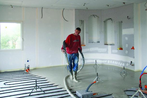 """Le plancher chauffant, qui peut aussi fonctionner en mode """"rafraîchissant"""", permet d'abaisser la température du sol de quelques degrés."""