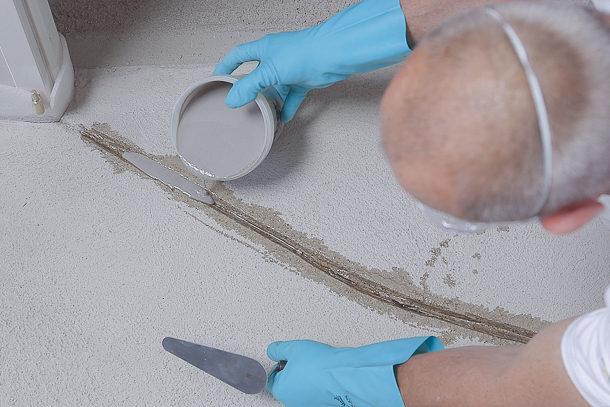 Les fissures apparues avant la pose du carrelage et qui ont une largeur maximale de 1 mm se traitent sans problème à l'aide de mortier de réparation. [©Weber]