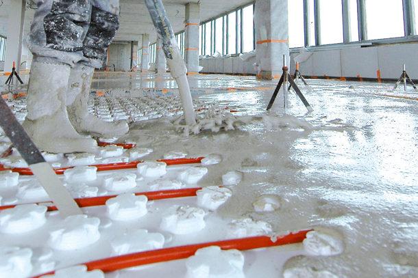 La nouvelle chape fluide ciment de la ligne Lafarge Agilia Chape Thermic permet un fractionnement tous les 80 m2. [©Lafarge]