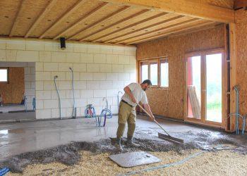 Mise en œuvre d'un béton de chaux (Tradi 100), chaux hydraulique naturelle de Saint-Astier, sur un hérisson ventilé. [©Cesa]
