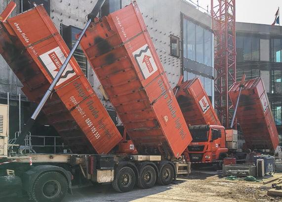 Grâce aux cinq centrales mobiles de malaxage, la chape est fabriquée directement sur le chantier. [©Technisol]