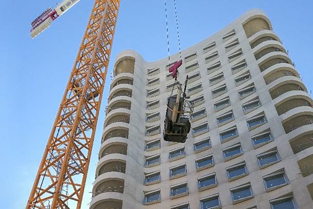 Au cœur du programme Ynfluence Square, l'immeuble BelvY se développe sur 16 étages, ce qui a nécessité l'utilisation de deux pompes pour mettre en œuvre la chape fluide. [©Cemex]