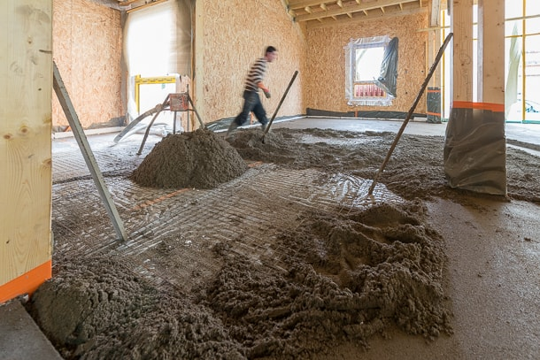 La chape rapide de type traditionnel présente une consistance de terre mouillée. [©ACPresse]