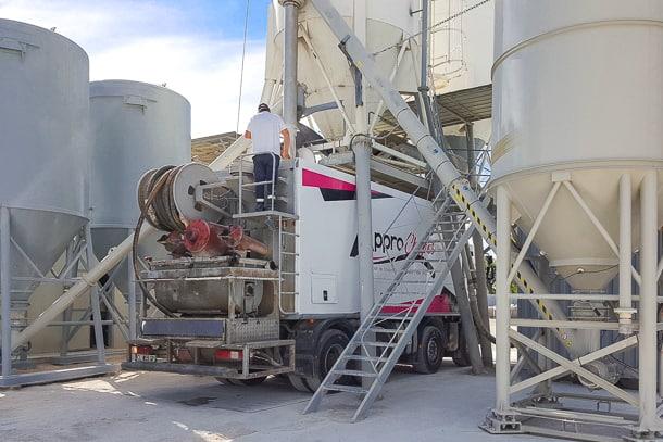 Station-service pour centrales mobiles de malaxage pour chapes