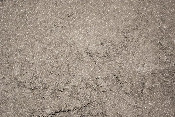 Afin d'éviter la ségrégation des billes dans le ciment et leur remontée en surface, les billes de polystyrène sont enrobées d'un adjuvant spécial. [©Edilteco]
