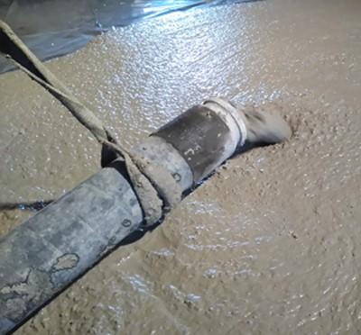 Sortie du béton léger à base de copeaux de bois stabilisés du tuyau de la pompe. [©Granuland]