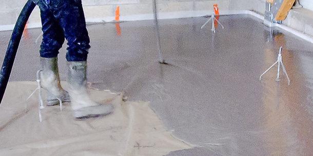 Mise en œuvre de la chape fluide ciment Sika Viscochape Force. [©Sika]