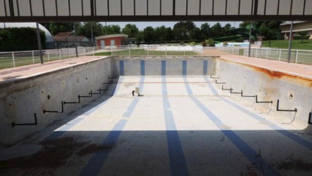 Le remplissage de la piscine a été envisagé à l'occasion du remplacement du liner. Les nouvelles évacuations servent également de repère. [©Patrick Campillo – Mairie de Villefranche-de-Lauragais]