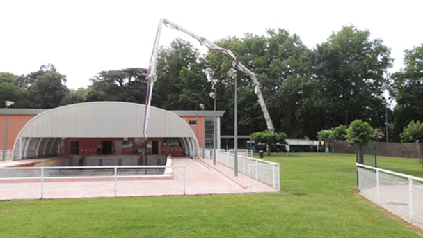 Pour éviter de salir les abords, la pompe à béton, d'un débit de 1 m3/mn, a été placée à l'entrée, à plus de 36 m de la piscine. [©Patrick Campillo – Mairie de Villefranche-de-Lauragais]