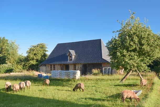 Grâce à une rénovation à base de chaux – chanvre, cette ancienne grange conserve l'authenticité des vieilles bâtisses de la région Normande, tout en améliorant son confort thermique, hydrique et phonique. [©Lafargeholcim]
