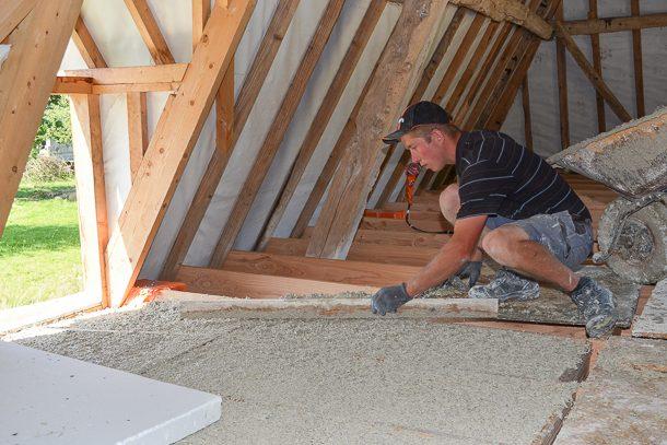 Le plancher chaux – chanvre de 30 cm est arasé sans tassement au niveau supérieur du contre-solivage. [©LafargeHolcim]