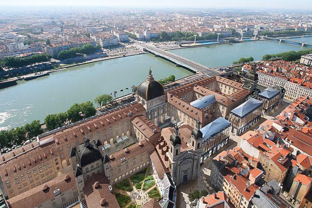 Le chantier du Grand Hôtel Dieu à Lyon prend place au cœur de Lyon, entre les flots du Rhône et l'agitation de la place Bellecour. [©Asylum/AIA Associés]