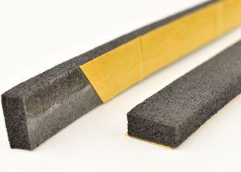 La bande Tramicordon est adhésive et supprime les ponts phoniques entre la chape et la cloison. [©Tramico]