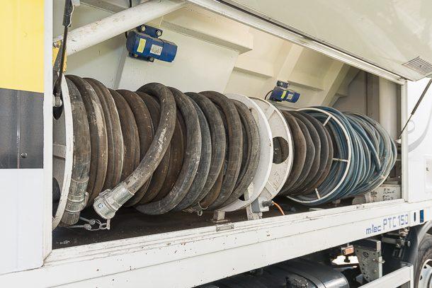 Le Weber Truck dispose tous les tuyaux souples nécessaires au chantier. [©ACPresse]