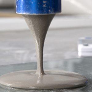 Essai de consistance et de fluidité sur pâte de mortier dans les laboratoires du centre d'innovation du ParexGroup, à Saint-Quentin-Fallavier, en Isère. [©ParexGroup]