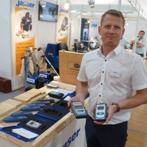 Olaf Janser, président de Janser, exhibe ses humidimètres, autre complément de la gamme de solutions pour les sols Janser. [©JT]