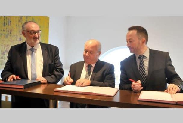 Lors de la signature le 12 décembre dernier, de gauche à droite : Patrick Liébus, président de la Capeb, Jean-Jacques Châtelain, trésorier d'Iris-ST, et Yannick Dolou, directeur général d'Uzin Utz France. [©Capeb]