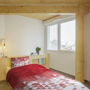 L'une des chambres d'angle PMR avec toujours la présence du bois. [©Benoit Wehrlé]