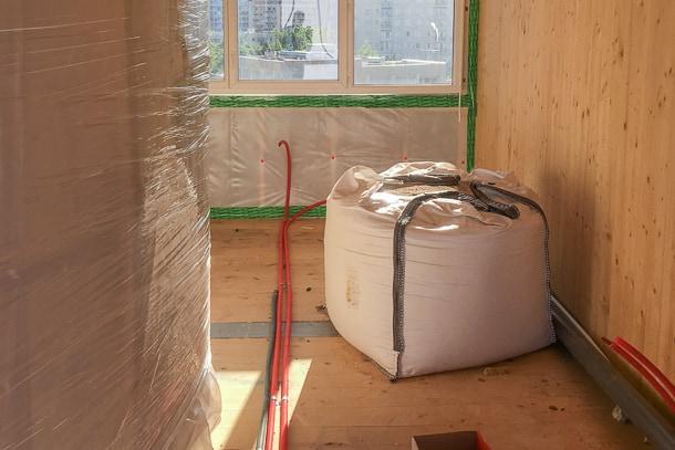 L'étage est recouvert dès que possible. Les salles de bains modulaires et les big bags tels quels. [©A+Architecture]