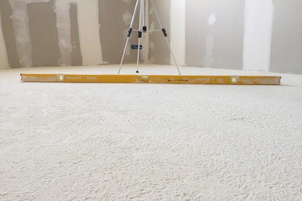 L'isolation en polyuréthane projeté permet d'atteindre une excellente planéité avec 2 mm sous la règle des 2 m. [©Europiso]