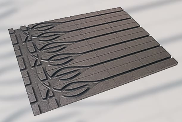 Préconisées par les industriels du chauffage par le sol, les dalles à plots réalisées en polystyrène expansé guident les tubes. [©Rehau]