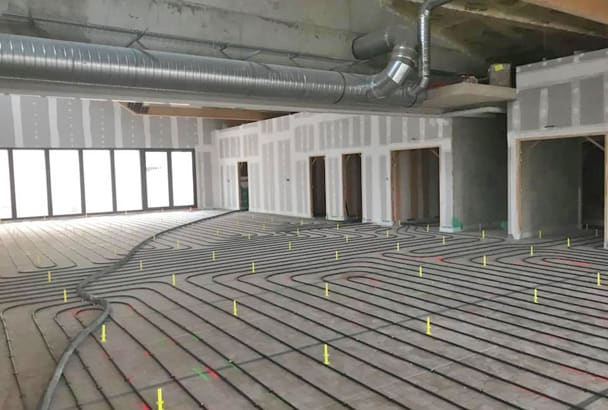 Le réfectoire de plus de 200 m2 de chape a pu être réalisé avec un seul joint de fractionnement central, prévu à l'origine avec le chauffagiste. [©Chapes Carrelage Briseno]
