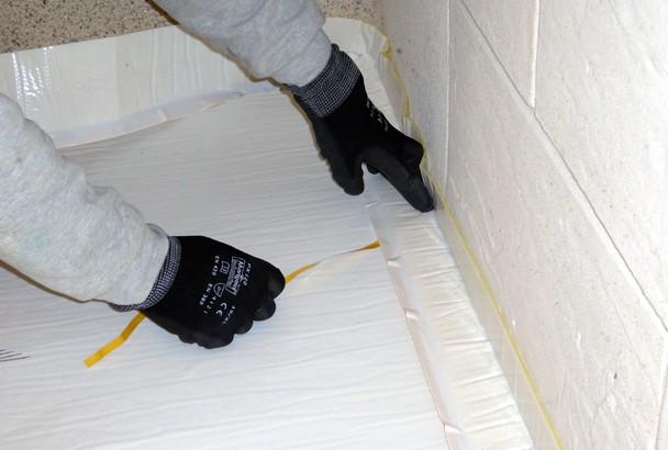 Les produits d'isolation thermique sous chape visent à désolidariser totalement la chape de la structure. [©Weber]