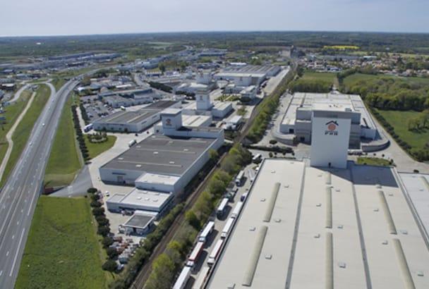 Aujourd'hui sur un site de 35 ha à La Mothe- Achard (85), les bâtiments PRB occupent une surface de 90 000 m2, dont une capacité de stockage de 70 000 m2. [©PRB]