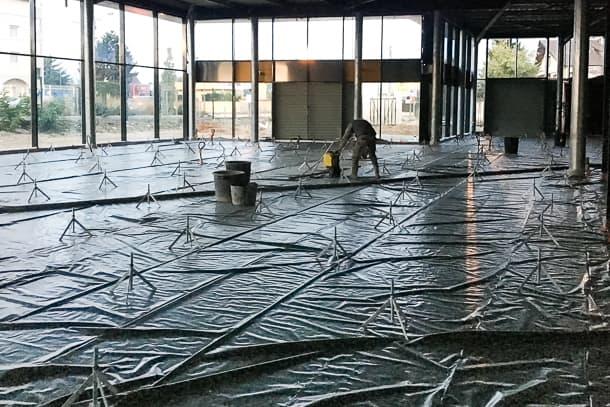 Mise en œuvre de 800 m2 de chape ciment pour un concessionnaire automobile à Meyzieu (69). [©Tradi-chape]