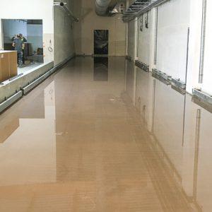 Quelque 250 m2 d'un ragréage technique en 2 cm d'épaisseur ont été coulés pour corriger une réservation de sol sur un chantier de grande surface. [©Tradi-chape]