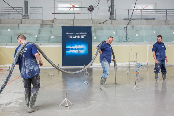Coulage de la chape dans l'une des deux halles sportives de 1 100 m2 de la Maison du handball par l'entreprise Piazza. [©Julia Brechler/Bricolo Factory]