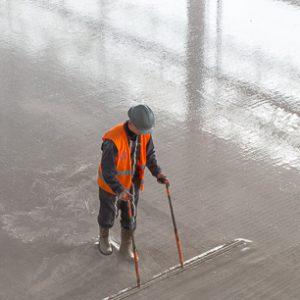 Plus de 10 000 m2 de chapes fluides ont été nécessaires pour traiter l'ensemble des sols du bâtiment de jonction. [©ACPresse]