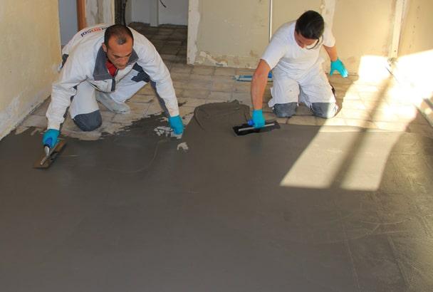 Le béton ciré est idéal en rénovation, puisqu'il évite la dépose d'un carrelage existant [©Cemex]