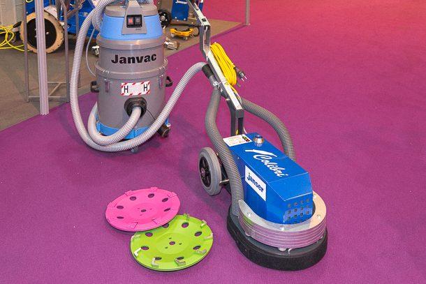 Janser a mis sur le marché sa nouvelle ponceuse-rectifieuse Colibri, couplée ici avec l'aspirateur industriel Janvac. [©ACPresse]
