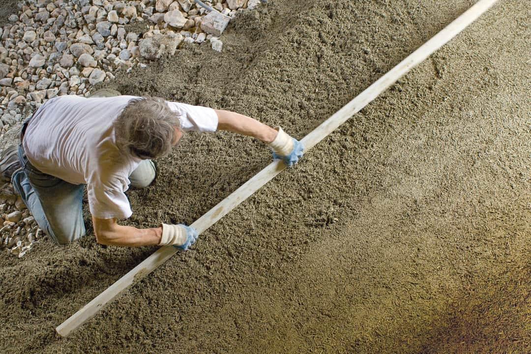 Mise en œuvre d'un dallage en béton de chanvre. [©H.-A. Segalen/Lhoist]