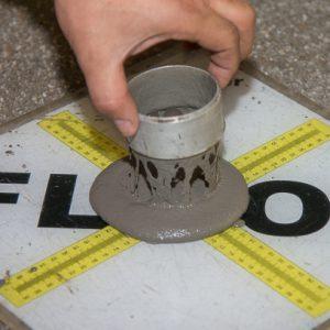 L'étalement de la chape fluide Weberfloor 4320 est de 22 cm au départ du Weber Truck et de 21 cm en sortie de tuyau, après un parcours de 60 m. [©ACPresse]