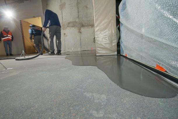 Auto-nivelante, la chape fluide ciment Weberfloor 4320 se met en place toute seule par gravité. [©ACPresse]
