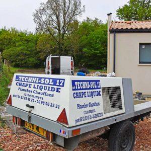 L'entreprise dispose d'une unique pompe à chape, Lancy, alimentée sur chaque chantier par un camion-toupie. [©Gérard Guérit]