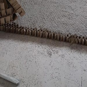 Mise en œuvre de la structure cartonnée et des granules. [©Agence Viguier]