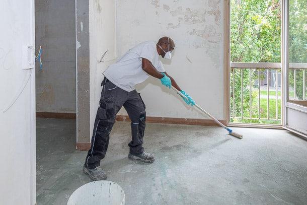 La mise en œuvre débute par l'application d'un primaire d'accrochage, quelques heures avant celle du ragréage. [©ACPresse]