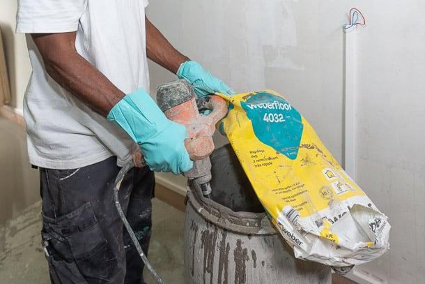 Compte tenu de sa réactivité, le Weberfloor 4032 est conditionné en sac plastique, pour garantir une parfaite protection vis-à-vis de l'eau et de l'humidité. [©ACPresse]