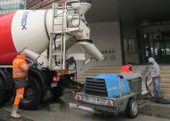 La chape prête à l'emploi est livrée par camion-toupie. [©Caroline Kim]