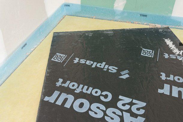 Le sous-couche acoustique Assour 22 Confort de BMI Siplast est positionnée à même le béton brut, en deux nappes superposées et croisées. [©ACPresse]
