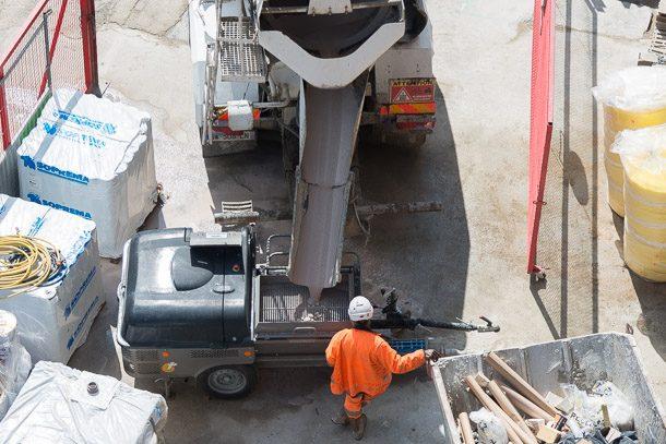 L'entreprise Matos a utilisé sa pompe Priomix Pragma CL pour assurer la mise e œuvre de la chape, livrée en toupie à partir d'une centrale voisine. [©ACPresse]