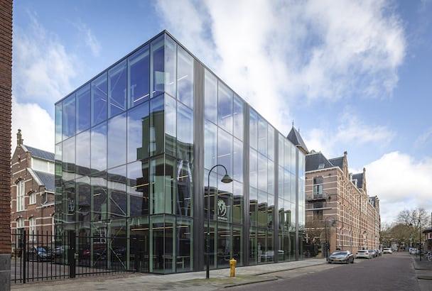 Pour cet immeuble de bureaux, trois niveaux de planchers secs se superposent au-dessus de la dalle en béton du rez-de-chaussée. [©Lucas van der Wee]