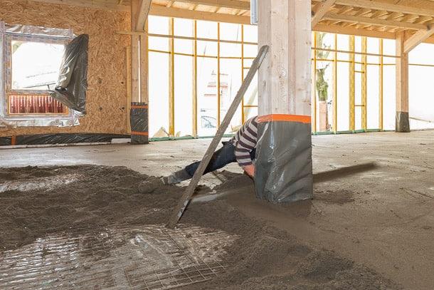 Dominée par la chape fluide, la chape traditionnelle reste une solution adaptée à des chantiers spécifiques. [©ACPresse]
