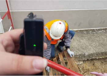 L'entreprise CAD.42 propose d'utiliser des bipers associés à la géolocalisation pour aider les compagnons à respecter les distances sanitaires sur les chantiers. [©CAD.42]