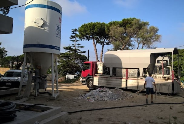 Mise en place sur un chantier d'Antibes, en 2017, d'un silo et d'un camion, soit deux moyens pour Euro Chape Fluide de mettre en œuvre ses chapes fluides. [©Euro Chape Fluide]