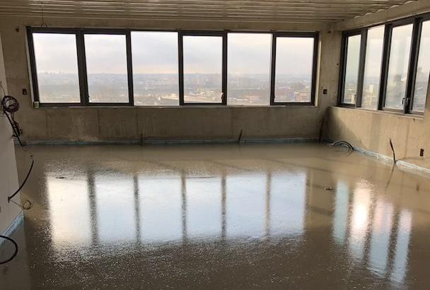 Pour le penthouse, les équipes de Surfachape ont coulé une chape fluide ciment au douzième étage. [©Surfachape]