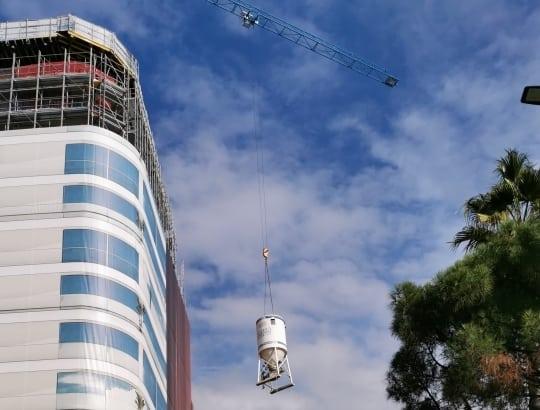 A Monaco, enlèvement d'un silo placé dans l'enceinte d'un des chantiers d'Euro Chape Fluide, à l'aide d'une grue. [©Euro Chape Fluide]